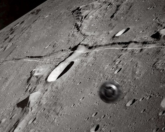 UfO flying over Moons Surface